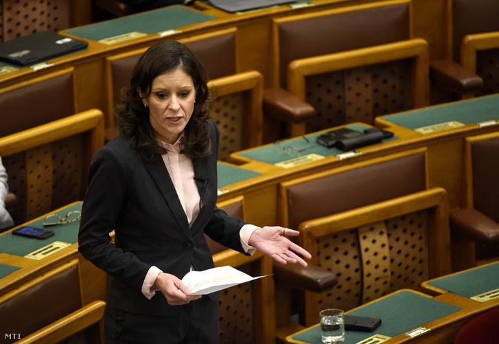 Szél Bernadett az LMP frakcióvezetője felszólal napirend előtt az Országgyűlés plenáris ülésén 2017. november 13-án.