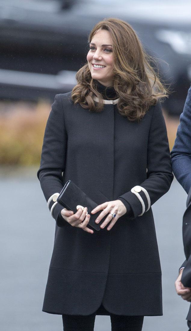 Katalin egy fekete, hosszú Goat-kabátban érkezett meg Birminghambe. Ezt a szettet legutóbb akkor viselte, amikor Charlotte hercegnővel volt várandós.