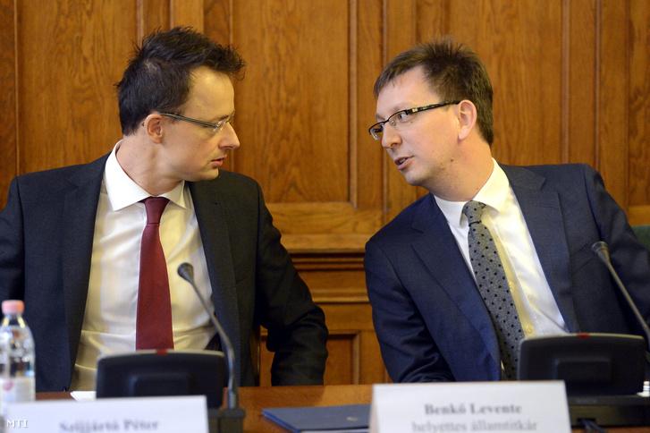 Szijjártó Péter külgazdasági és külügyminiszter és Benkő Levente, a Külgazdasági és Külügyminisztérium helyettes államtitkára az Országgyűlés külügyi bizottságának ülésén az Országházban 2015. március 17-én.