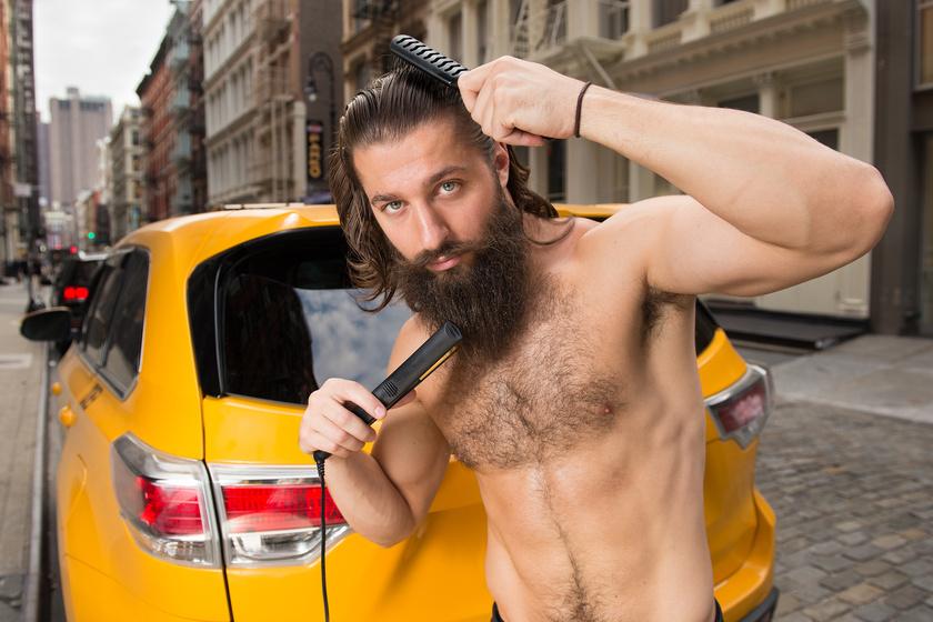 Ez a jóképű taxisofőr nem szégyenkezhet a felsőteste miatt sem, de a többi képen látszik, hogy a srácok elsősorban a poénos jelenetekre mentek rá.