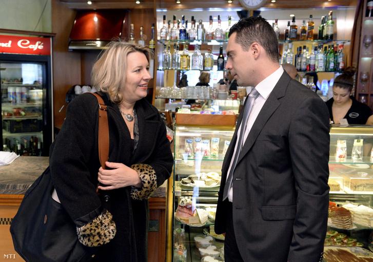 Vona Gábor, a Jobbik elnöke és Morvai Krisztina beszélget az előtt a sajtótájékoztató előtt, amelyen Morvait bemutatták mint a Jobbik EP-listavezetőjét Budapesten a Gourmand kávézóban 2014. január 28-án.