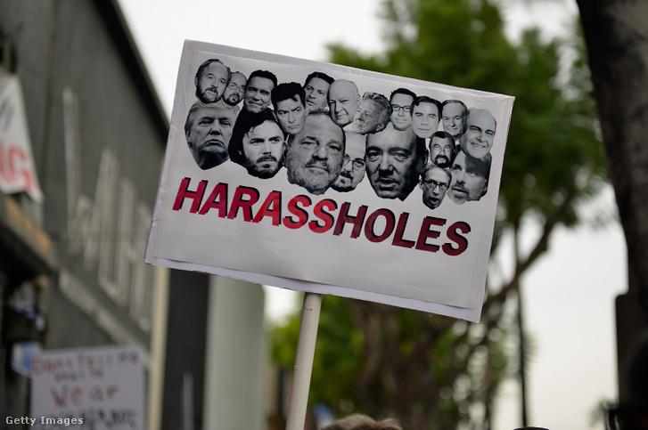 """Tiltakozó tábla nagyjából a """"Zaklató seggfejek"""" szöveggel, többek között Harvey Weinstein, Donald Trump és Kevin Spacey képével novemberben, Hollywoodban"""