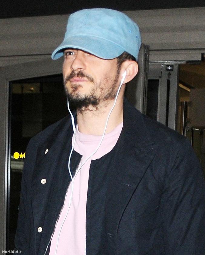 Közelről már persze nyilvánvaló, hogy Orlando Bloom színészről van szó, akit mintha különösen megviselt volna a repülőút, de hát biztosan sokat utazott.