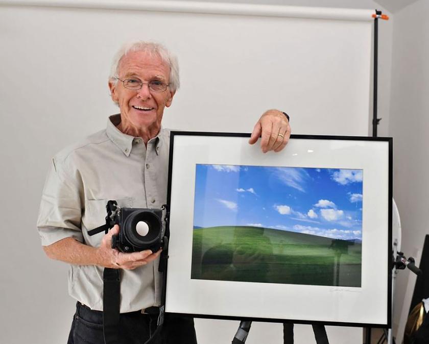 Charles O'Rear büszkén pózol a munkájával, ami mára a történelem legtöbbször megnézett fotója lett.
