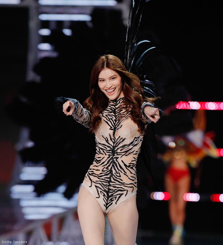 Mivel Sanghajban tartották a showt, több volt a kínai modell, mint általában: a képen Sui He mutogat.