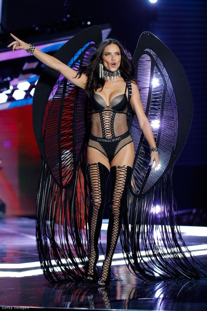 Adriana Lima mindig feltűnően élvezi a showt - végülis ez a dolga.