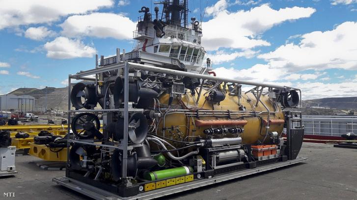 Az amerikai haditengerészet túlnyomásos mentõkabinja mielõtt az eltûnt San Juan argentin tengeralattjáró keresésére induló Sophie Siem hajóra helyezik a dél-argentínai Comodoro Rivadavia kikötõjében 2017. november 22-én.