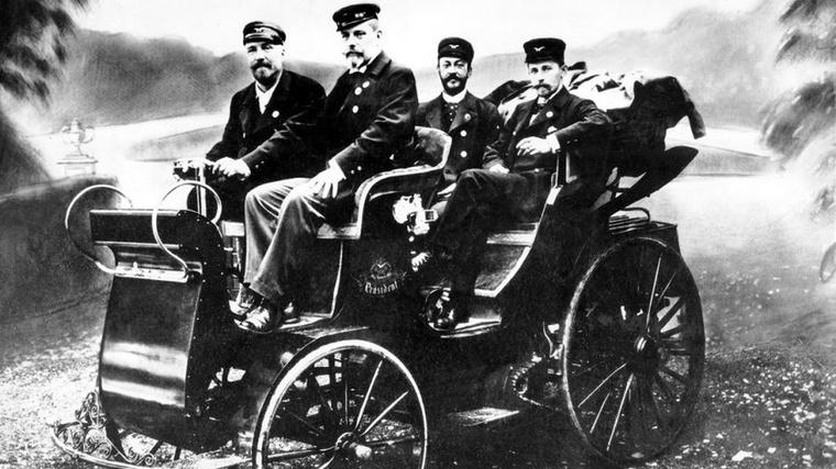 Bár a cég alapjait már 1850-ben lefektették, az első belső égésű motorral hajtott autójuk 1897-ben készült el