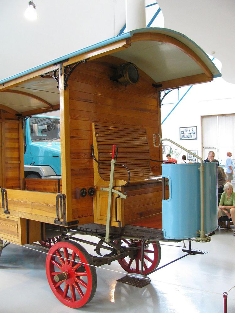 Egy évvel később, 1898-ban jött az első teherautó, a képen annak replikája látható