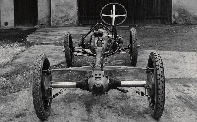 1923-ban Hans Ledwinka kifejlesztett egy csővázas alvázkonstrukciót, független lengő féltengelyekkel