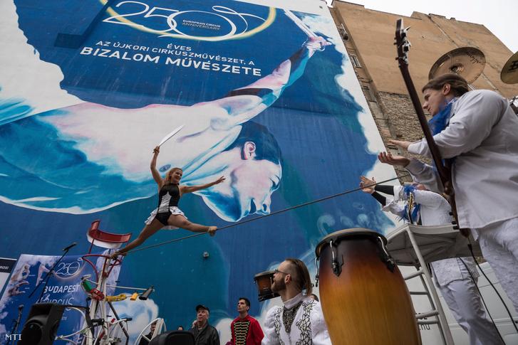 A Cirkus Trike Band bemutatója a 250 éves újkori cirkuszművészetnek emléket állító tűzfal átadásán a budapesti Almássy téren