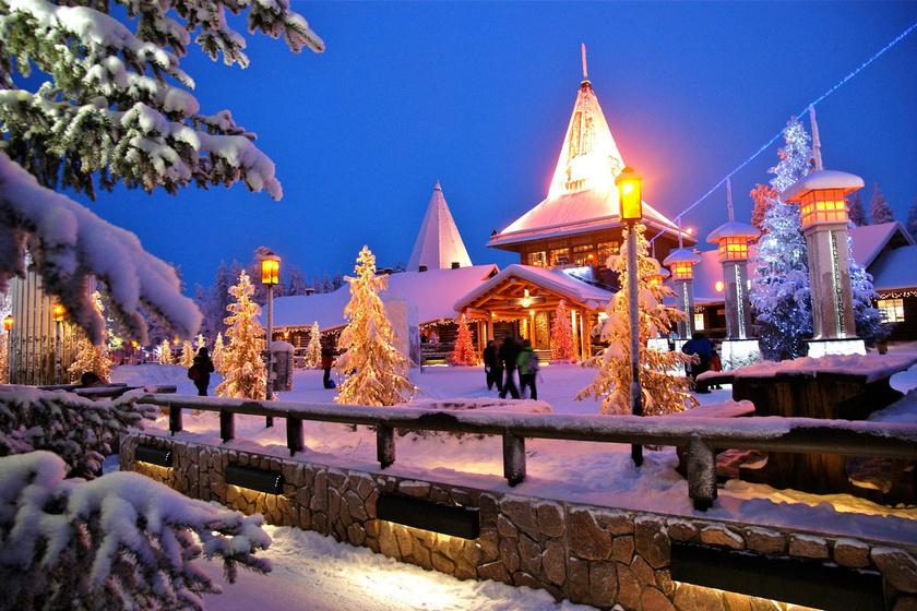 Több mint 300 ezer látogatót vonz évente az északi sarkkörön fekvő Mikulásfalu.