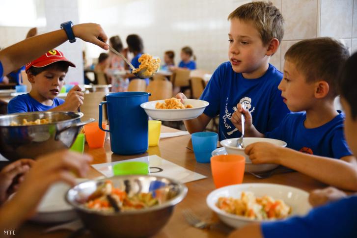 Gyerekek ebédelnek a menzán a zuglói Jókai Mór Általános Iskolában tartott napközis nyári táborban 2015. július 21-én.