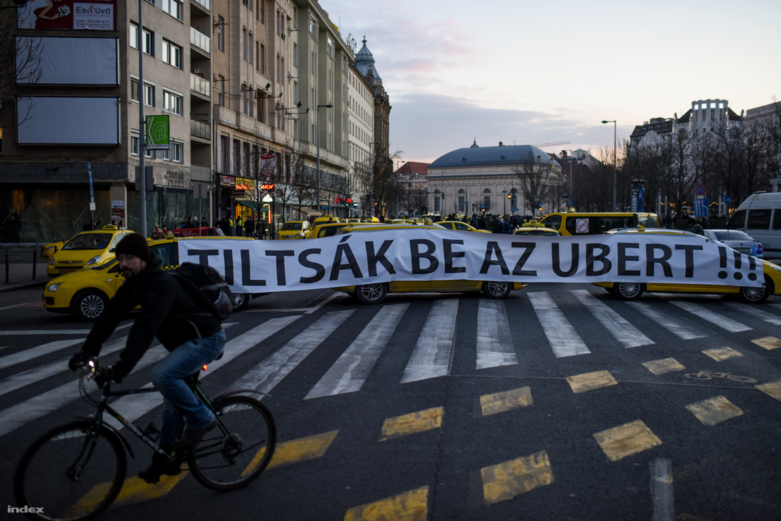 Taxistüntetés az Erzsébet térnél 2016 januárjában