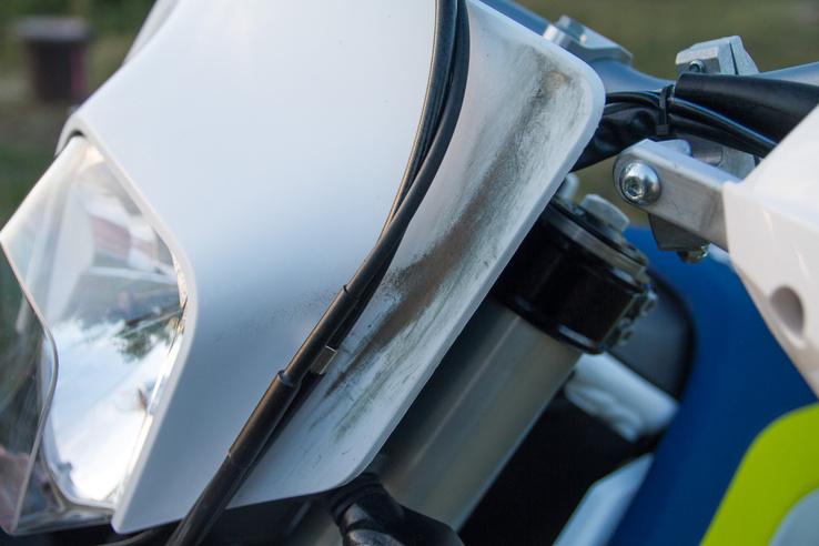 A fejidomon már csúnya fekete sávot dörzsöltek ki a bovdenházak, pedig csak párezer kilométer volt a motorban