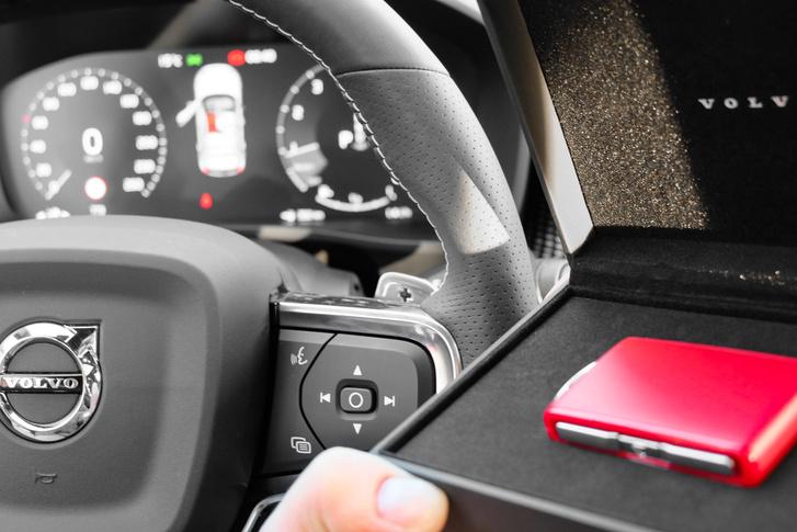 Ez a piros a távkulcs, ami az autóban lakik és csak akkor aktív, ha az autó jelet kap az apptól és engedélyezi