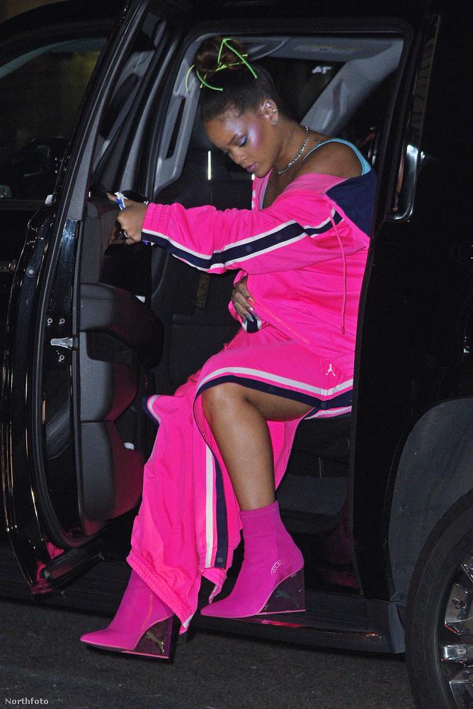 Az énekesnő egyébként a papucsok mellett ilyen színes ruhákat is tervez a Pumának,