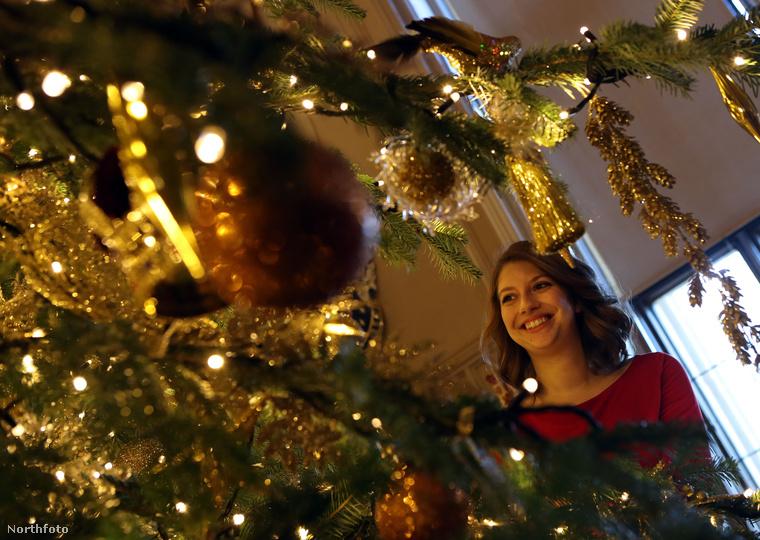 Szóval, már a királynő is karácsonyi hangulatban van, éppúgy, mint Paddington medve és Palvin Barbi is.