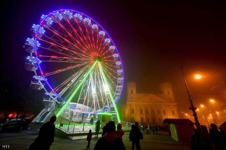 A Debrecen Eye óriáskerék tesztüzeme a debreceni Kossuth téren 2017. november 23-án. A november 24-től január 6-ig üzemelő, 33 méter magas óriáskeréken egyszerre akár 156-an is ülhetnek!