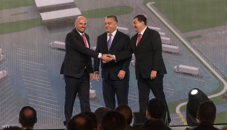 Kárpáti László a Kall Ingredients Kft. többségi tulajdonosa Orbán Viktor miniszterelnök és Mészáros Lőrinc az Opus Global Nyrt egyik tulajdonosa (b-j) a kft. tiszapüspöki izocukorüzemének avatásán 2017. október 30-án.