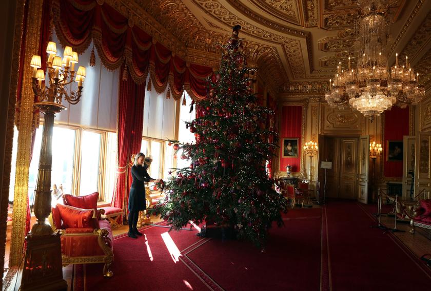 A bíborteremben egy négy és fél méteres fát állítanak fel - természetesen a dekoráció is passzol a falak színéhez.