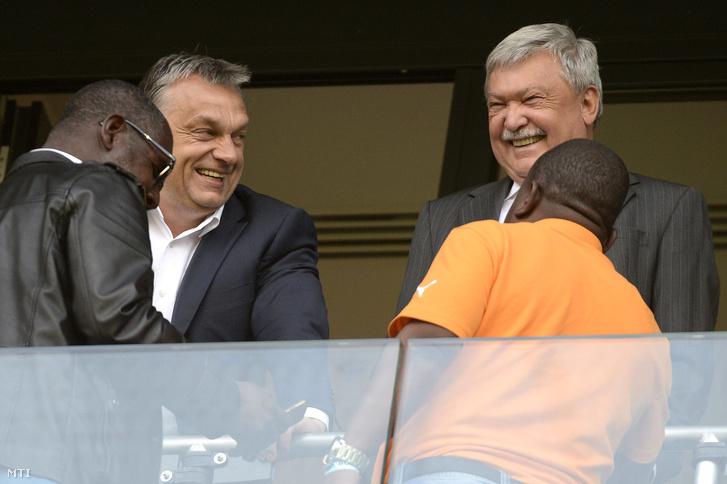Orbán Viktor miniszterelnök (b2) és Csányi Sándor a Magyar Labdarúgó Szövetség (MLSZ) elnöke az OTP Bank elnök-vezérigazgatója (j2) a Magyarország - Elefántcsontpart barátságos labdarúgó-mérkőzésen a fővárosi Groupama Arénában 2016. május 20-án.