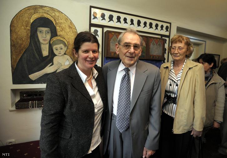 Tóth Franciska irodalmi muzeológus (b), Babits István, Babits Mihály unokaöccse (k) és felesége, Piroska (j) részt vesz a felújított Babits Mihály Emlékház ünnepélyes megnyitóján Esztergomban, 2009. május 7-én.