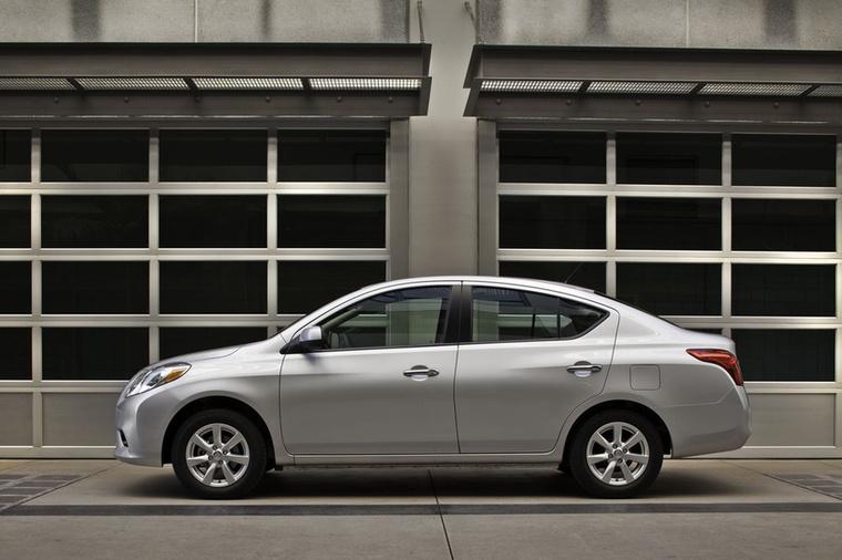 A Nissan Versa (vagy Almera, Sunny, Scala) kiváló példája a direkt elcsűrt négyajtósok kasztjának