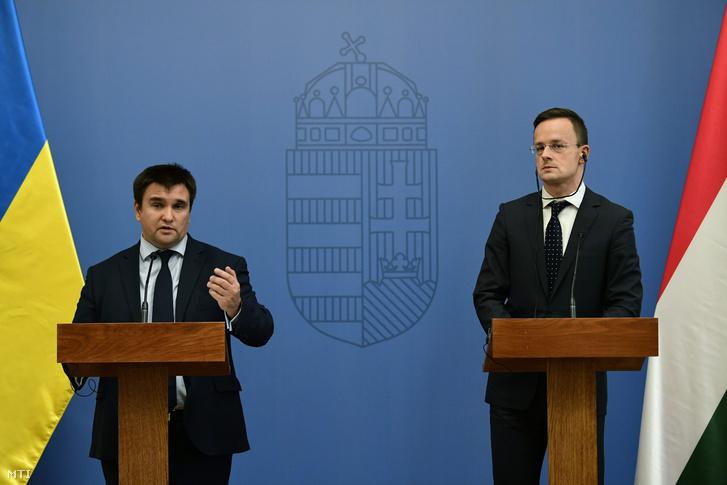 Szijjártó Péter külgazdasági és külügyminiszter (j) és Pavlo Klimkin ukrán külügyminiszter a találkozójukat követően tartott sajtótájékoztatón a Külgazdasági és Külügyminisztériumban 2017. október 12-én.