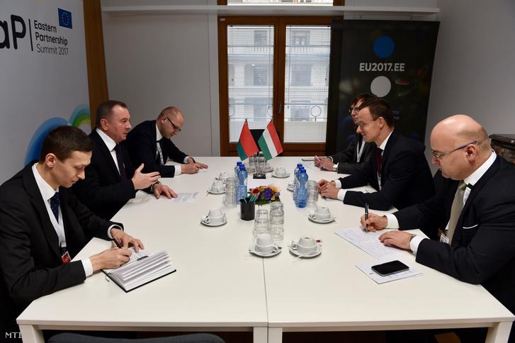 A Külgazdasági és Külügyminisztérium (KKM) által közreadott képen Szijjártó Péter külgazdasági és külügyminiszter (j2) és Vladimir Makei belorusz külügyminiszter (b2) az Európai Unió és a Keleti Partnerség országainak brüsszeli csúcstalálkozóján 2017. november 24-én. A magyar miniszter mellett Rusz Harry Alex PSC-nagykövet (j) és Benkő Levente helyettes államtitkár (j3).