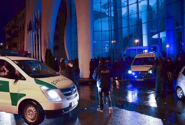 Rendőrök a Logrand hotel előtt Batumiban 2017. november 24-én