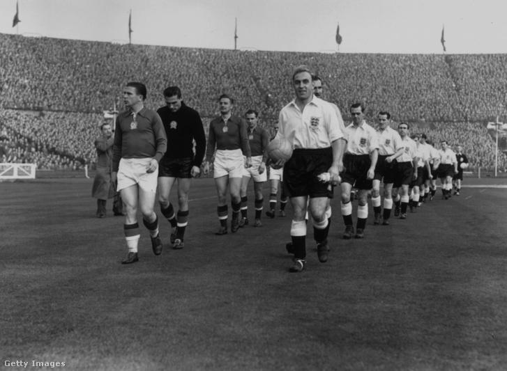 Puskás Ferenc a magyar csapat élén és Billy Wright az angolok élén vonulnak pályára 1953-ben a Wembley Stadionban