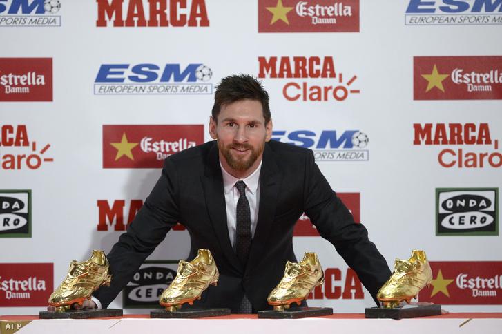 Lionel Messi pózol a négy Aranycipővel Barcelonában 2017. november 24-én