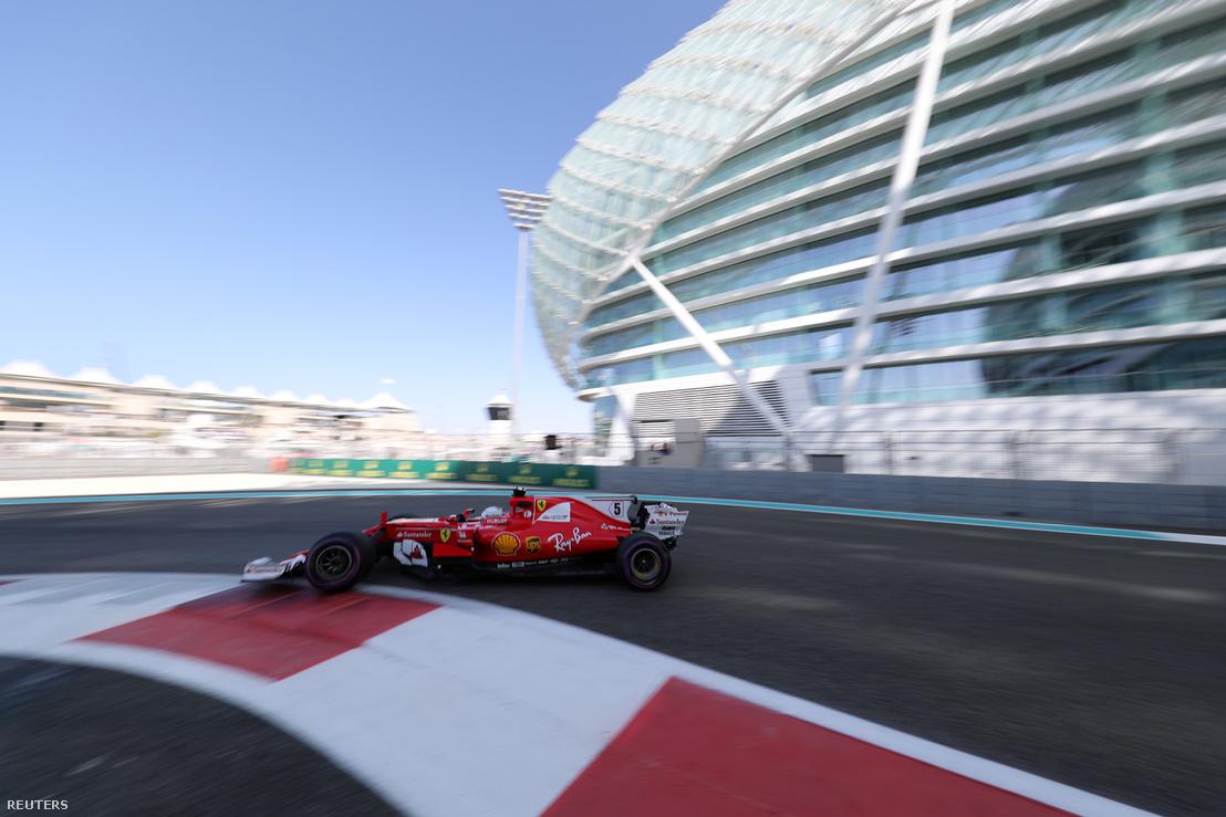 Sebastian Vettel (Ferrari) gyilkolja a kanyart a szombati időmérőn