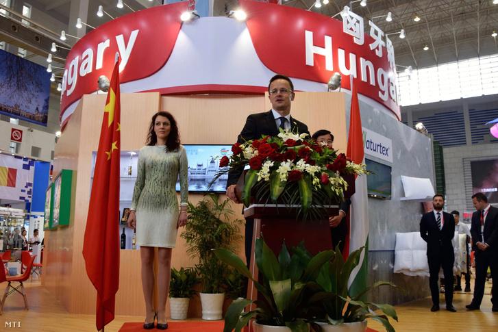 Szijjártó Péter külgazdasági és külügyminiszter beszédet mond a magyar pavilon megnyitóján a Kína és a kelet-közép-európai országok (KKE) kereskedelmi kiállításon a kelet-kínai Ningpóban 2016. június 9-én.
