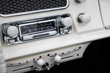 Beteges részletesség. A BMW minősége az audió rendszerben is megmutatkozott. A Becker Mexico rádiók ma már kisebb autók áráért szerezhetők be. A tökéletes hangzásért külön házban lakó csöves erősítő felel. Restauráláskor az öreg elektrolit kondenzátorok is nívós audofil kondikra lettek cserélve. Az elöregedett bakelit gombok és kapcsolószárak újra gyártása már magától értetődik