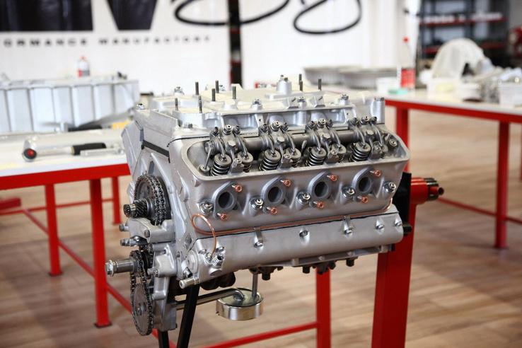 Az 507-es 3.2 literes, 160 lóerős V8-as blokkja. A precíz gépmunkát követően az RPM finomhangolása és összefűzése következik. Kilencórányi teszt után hagyja el a műhelyt, hogy a Föld túloldalán is üzembiztos legyen. Természetesen a mechanikus himbák időnkénti utánállítása kötelező hobbi