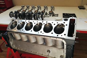 A szintén Essenben 2018-ban debütáló 300 SL blokkja és forgórésze a fűzéshez előkészítve. A teljes motorfelújítás mindig része a restaurálásnak