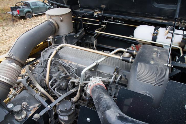 A gépen összesen vagy 200 liternyi olajat kell lecserélni alkalmanként. A motor 16 literes, Iveco