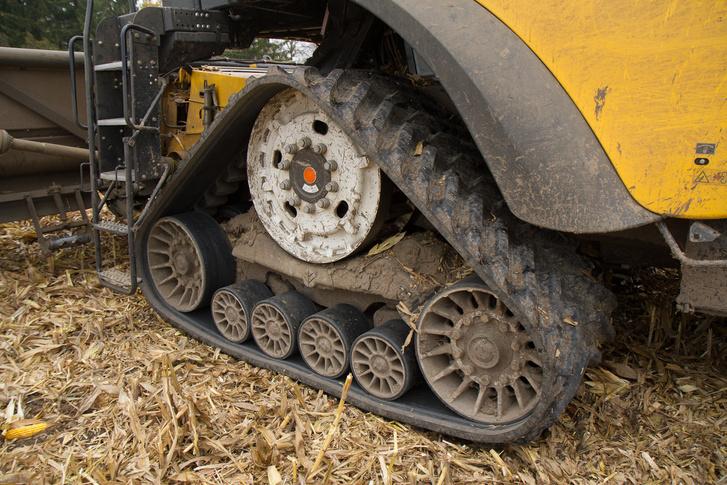 A cél a hevederrel: a talaj megkímélése. A gumikeréknél nagyobb a felülete, így csak a felső 25 centis réteget tömöríti, szemben a kerékkel, amely majdnem a dupláját