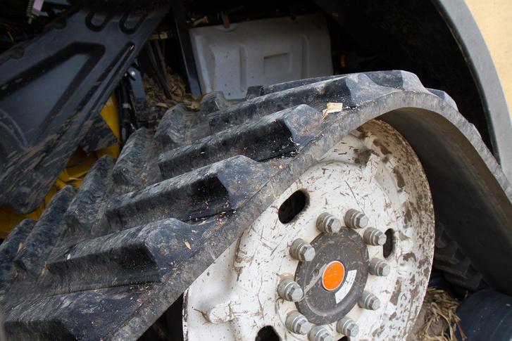 A heveder jobban is kapaszkodik a talajba, kisebb a kúszása, még valamivel kevesebbet is fogyaszt vele a gép