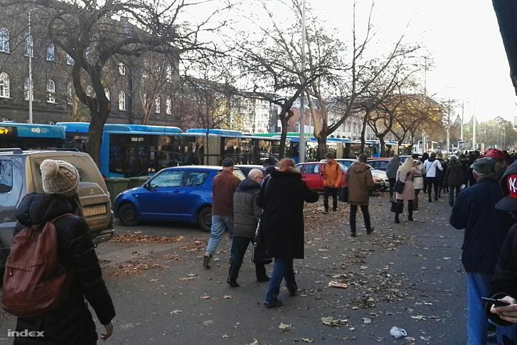 Olvasónk fotója a Dózsa György út és Lehet tér között feltorlódott buszokról és sétáló tömegről