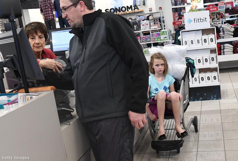 Bár a kutatások szerint az amerikaiak több mint fele vásárolt valamit pénteken, voltak, akiket nem igazán nyűgözött le az egész hajcihő