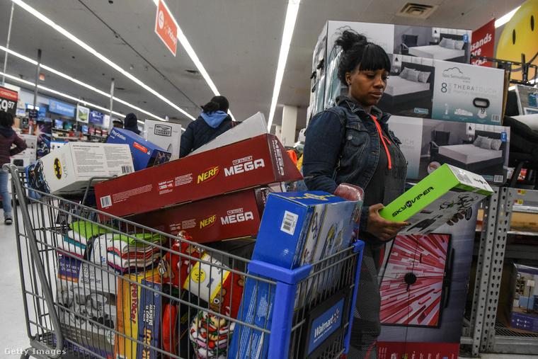 De összességében azért mégiscsak a vásárlásról szól ez az egész, ráadásul az amerikaiak idén is kitettek magukért, ugyanis az első információk szerint 5 milliárd dollárt vertek el egy nap alatt, ami 17 százalékkal több mint tavaly