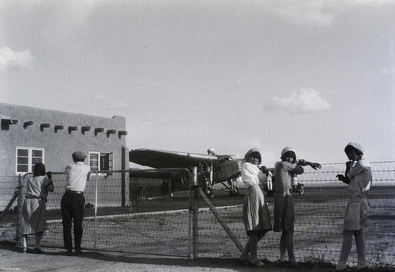 """A minisztériumi elutasítás nem szegte a magyar aviatikusok kedvét. 1931-ig összesen csak 15-20 sikeres átrepülés volt a világban, a próbálkozás így világviszonylatban is bírt hírértékkel. A fő nehézség azonban az anyagi alapok megteremtése volt: miután a magyar állami szervek nem álltak be a tervbe, más források után kellett nézni. A magyar aviatikusok számára tulajdonképpen a politika jött kapóra. Lord Rothermere """"Justice for Hungary!"""" kampányára csatlakoztak rá, és - helyesen - úgy gondolták, hogy vállalkozásukat nemzeti küldetésként sikerülhet eladniuk, hogy saját tőke nélkül is nekivághassanak.                         A brit sajtómágnás - Rothermere az angol bulvár Daily Mail tulajdonosa volt - ugyan politikailag nem számított túl komoly tényezőnek, de amikor 1927-ben beleállt a magyar revízió ügyébe, azzal Trianon problémája előtérbe került az angol nyilvánosságban is. Ettől meseszerűen sokat remélt a magyar közvélemény, Rákosi Jenő még azt is javallotta, hogy Rothermere-t az üres magyar trónra kellene ültetni. Bár a bulvárkirály megkoronázásának mások annyira nem támogatták, pár utcát azért - akárcsak Hitlerről és Mussoliniról - még életében elneveztek róla Magyarországon. Noha a pesti külügy túlzónak tartotta a vele kapcsolatos reményeket, az addig óvatosabb magyar revíziós politika az ő fellépésével együtt szintén harsányabbá vált."""