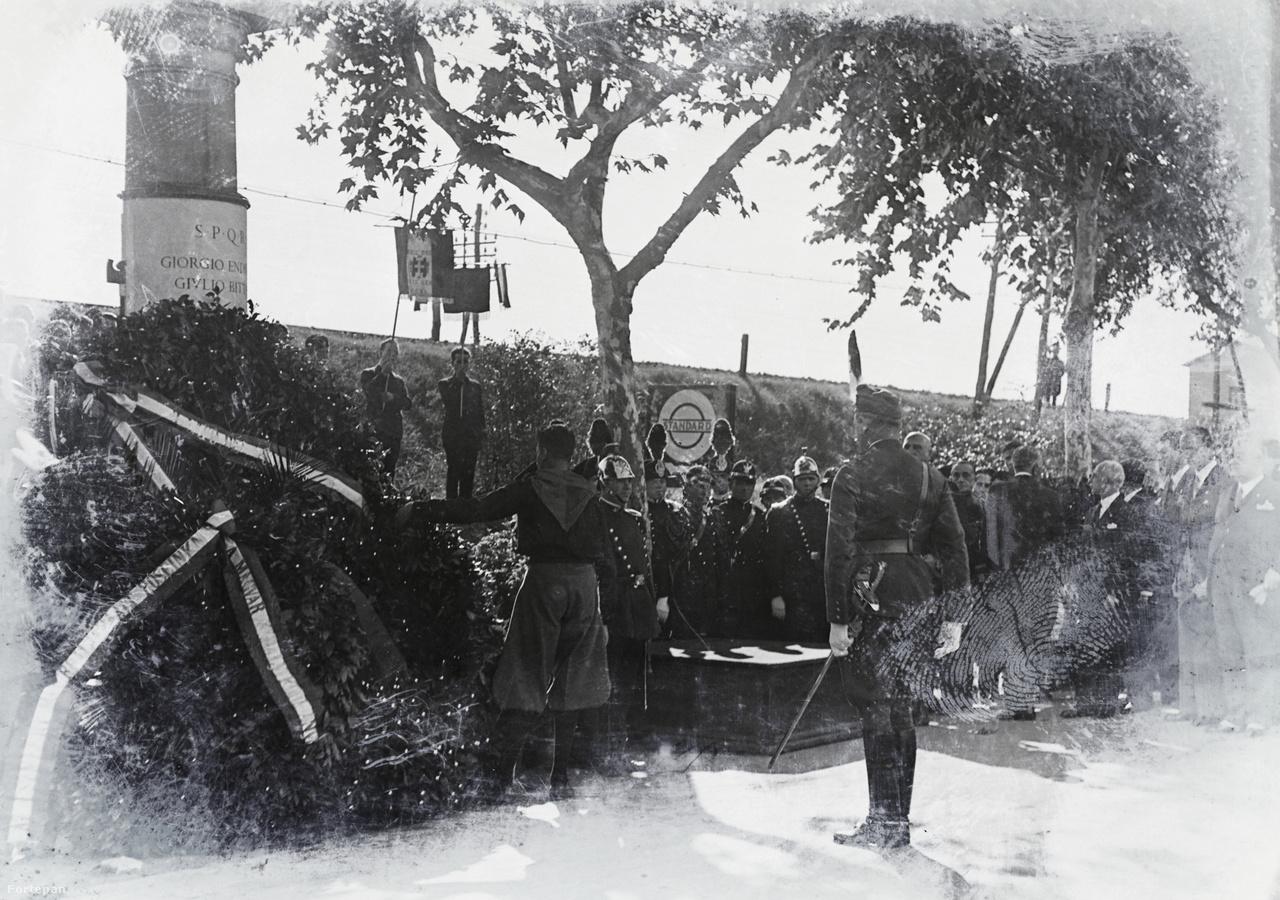 """Endresz György és Bittay Gyula emlékművének leleplezése Róma repülőterén 1932-ben. A rendkívül ünnepélyes római temetésen még Mussolini is részt vett. Az alkalmat Olaszország a magyar revízió támogatásának látványos kinyilvánítására használta fel, még egy új repülőt is felajánlottak, a """"Giustizia per l'Ungheria""""-t. """"A Justice for Hungary roncsait senki sem tekinti szárnyszegett madárnak, hanem olyan élő hatóerőnek, amelynek lángjaiból feltámad a phőnix-madár, amely utat kell, hogy mutasson minden magyarnak"""" - mondta miniszterelnöki székben Bethlent váltó Károlyi Gyula.                         Endreszről alig egy hónappal a halála után teret neveztek el a Déli Pályaudvarnál - ezt 1945 után az indoklás szerint """"irredenta áthallások"""" miatt keresztelték át. Óceánrepülő társa, Magyar Sándor a II. világháború után végleg Amerikában telepedett le. Társát közel fél évszázaddal túlélve ott halt meg 1981-ben."""