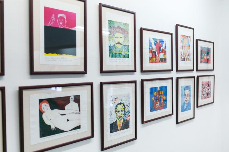 A korábbi festményekből a Vinczemill készített sorozatot merített papírra, ezek a limitált számú nyomatok 20 ezer forintért vásárolhatók meg.