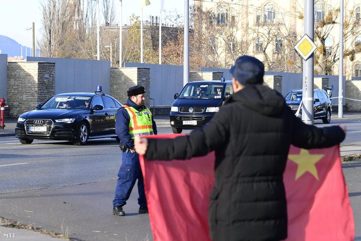Delegáció érkezik a Kína-Kelet-Közép-Európa csúcstalálkozó gazdasági és kereskedelmi fórumára Budapesten az Egressy és a Stefánia út kereszteződésénél