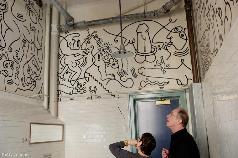 Az egyik legpornográfabb Haring-rajz New Yorkban található, a Greenwich Village meleg- és leszbikus szociális központjának vécéjében.