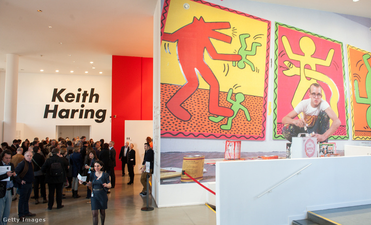 Nyilván a kereskedelmi forgalomba kerülő Keith Haring-tárgyakon nincsenek ilyen jelenetek, de már Budapesten is volt Haring-kiállítás